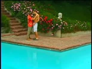 Ondeugende kerels assfuck spijkeren bij zwembad