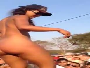 Gostosa dancando na caminhonete pelada