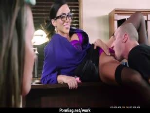 Cougar knalt jongens terwijl echtgenoot werkt 20