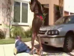 Ebony buttfuck penetreert