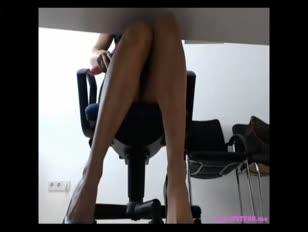 Kantoor dame speelt met ohmibod op het werk
