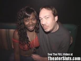 Verzengende big titted dark-hued gal die in vreemden wordt ondergespoten, klaarkomt in een openbaar pornografietheater