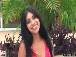 Bikini latina tiener verzengende streaptease bij het zwembad