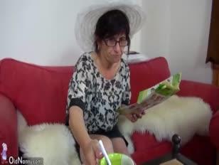 De stijve jonkvrouw en haar vriend bezochten oma
